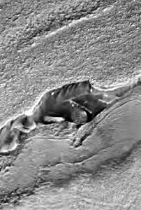 Vaisseau cubique SW de 500 mètres de côté posé au creux d'une faille martienne (MRO)
